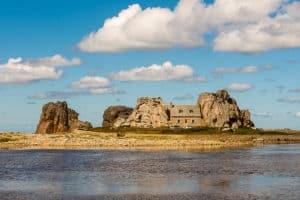 Das Haus zwischen den Felsen bei Tag