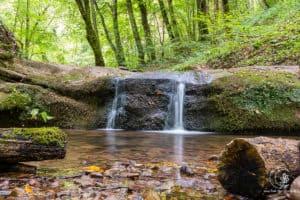 Kleine Wasserfälle findest du oft in der Eifel