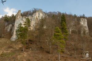 Die Felsen des Geißenklösterle - Höhle aus der Steinzeit
